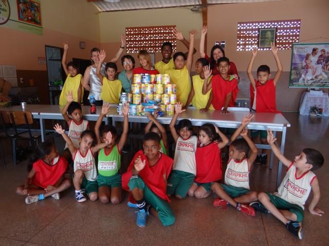ASMAT entrega latas de leite a entidade beneficente