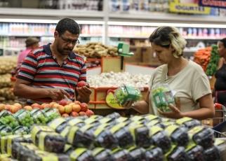 Confiança do consumidor recua após 4 meses de alta, diz FGV